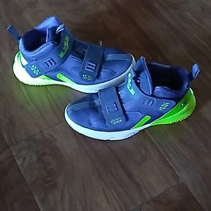 Nike LeBron James little boy Basketball shoes